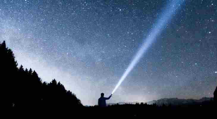 VIDEO: El increíble momento en el que enciendes la linterna más poderosa del mundo
