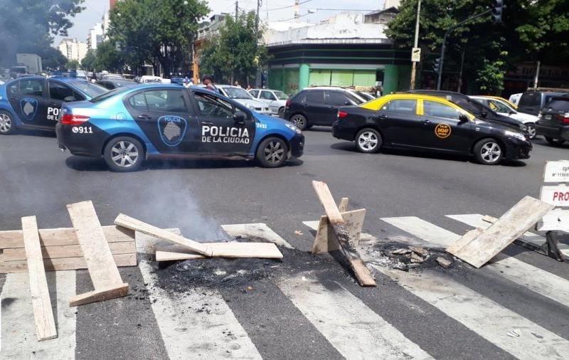 Buenos Aires: En una protesta por falta de luz, policía atropella una mujer