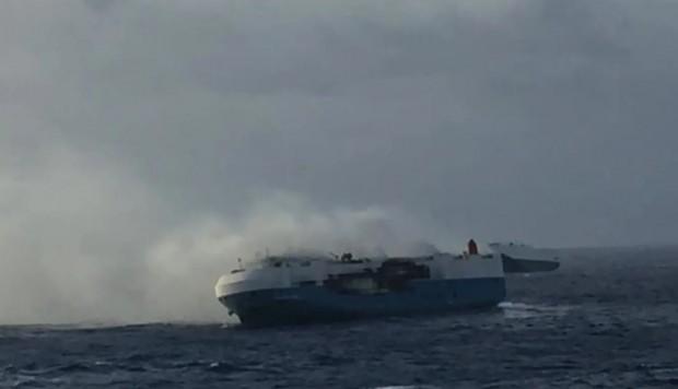 VIDEO. Barco con 3.500 autos Nissan navega a la deriva y sin tripulación tras incendiarse
