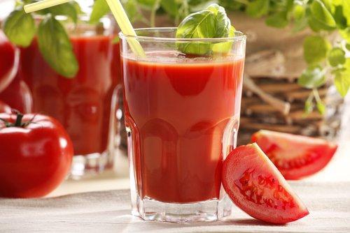 Conoce las increíbles propiedades del jugo de tómate para tu organismo