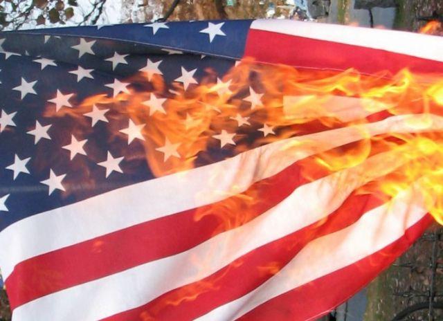 VIDEO: Protestantes en Haití queman bandera de EEUU gritando: ¡Viva Putin!