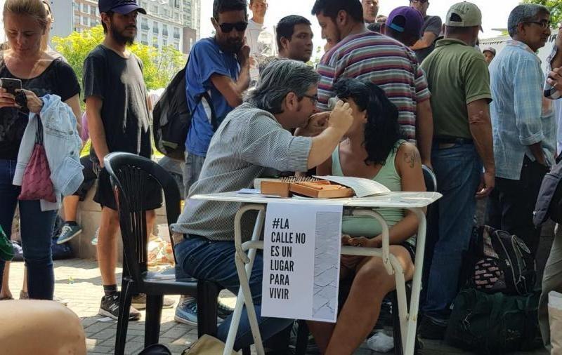 Buenos Aires: Personas de la calle reciben de las balas de goma con las que reprimía la policía