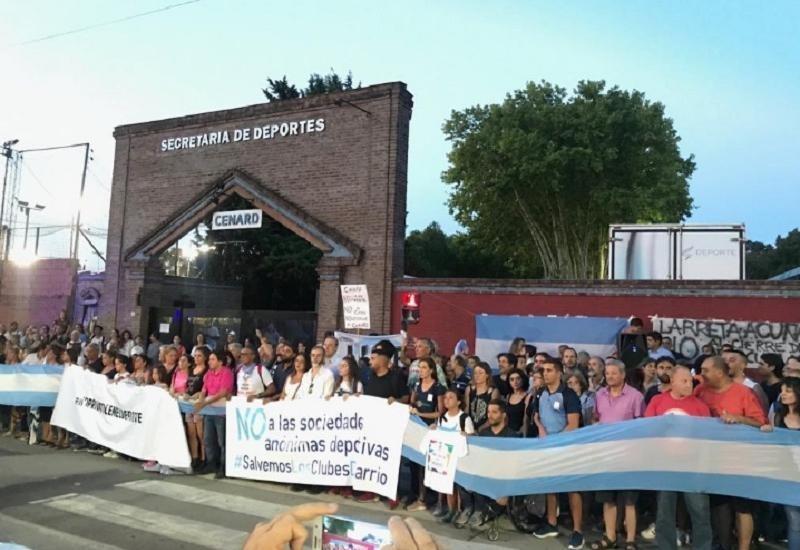 Buenos Aires: miles de deportistas marchan en contra de la mudanza de su institución deportiva
