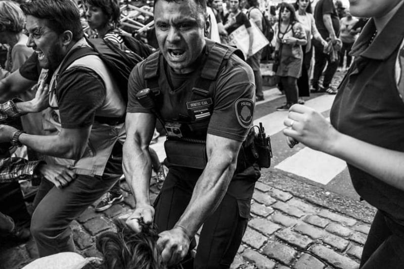 Buenos Aires: Habla la mujer golpeada en la cabeza por jefe del operativo de la policía