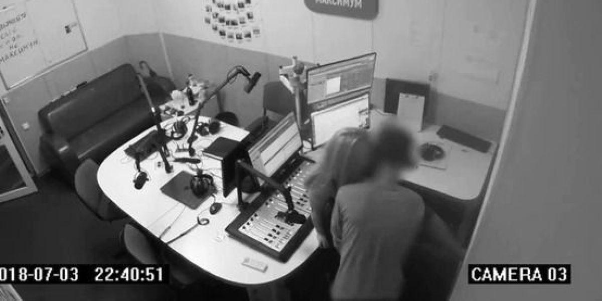 VÍDEO. cámaras de seguridad graban a locutor teniendo sexo en la cabina de radio