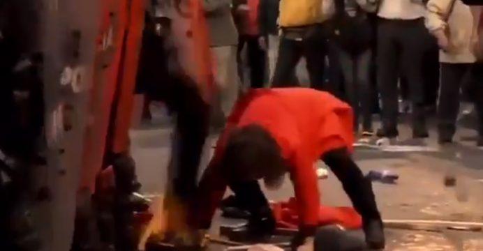 Policía ecuatoriano patea a una mujer por intentar levantar la bandera nacional del piso