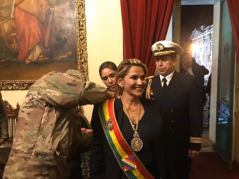 Jeanine Áñez se autoproclama